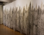 Grenzlinie / Offsetdruckfarbe auf Gewebe / Handabrieb von bearbeiteten Baumstämmen / Städt. Galerie Bietigheim-Bissingen