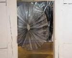 Kreisrund, Offsetdruckfarbe auf Gewebe, Eisenringe / Handdruck von bearbeitetem Linoleum bzw. Handabrieb von bearbeiteten Baumstämmen / Städt. Galerie Bietigheim-Bissingen